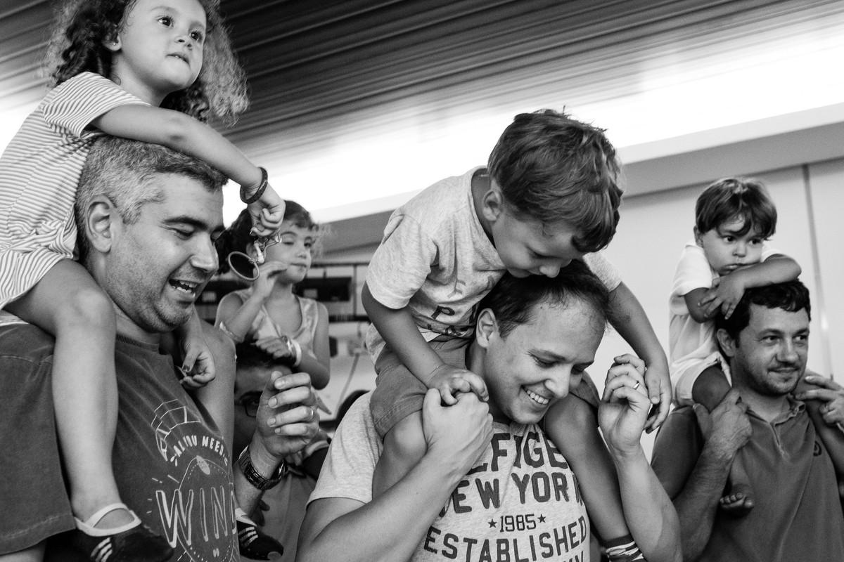 pula pula festa infantil criança sorrindo brincadeira fotografia rio de janeiro ale queiroz fotos de aniversario hora do bolo parabens