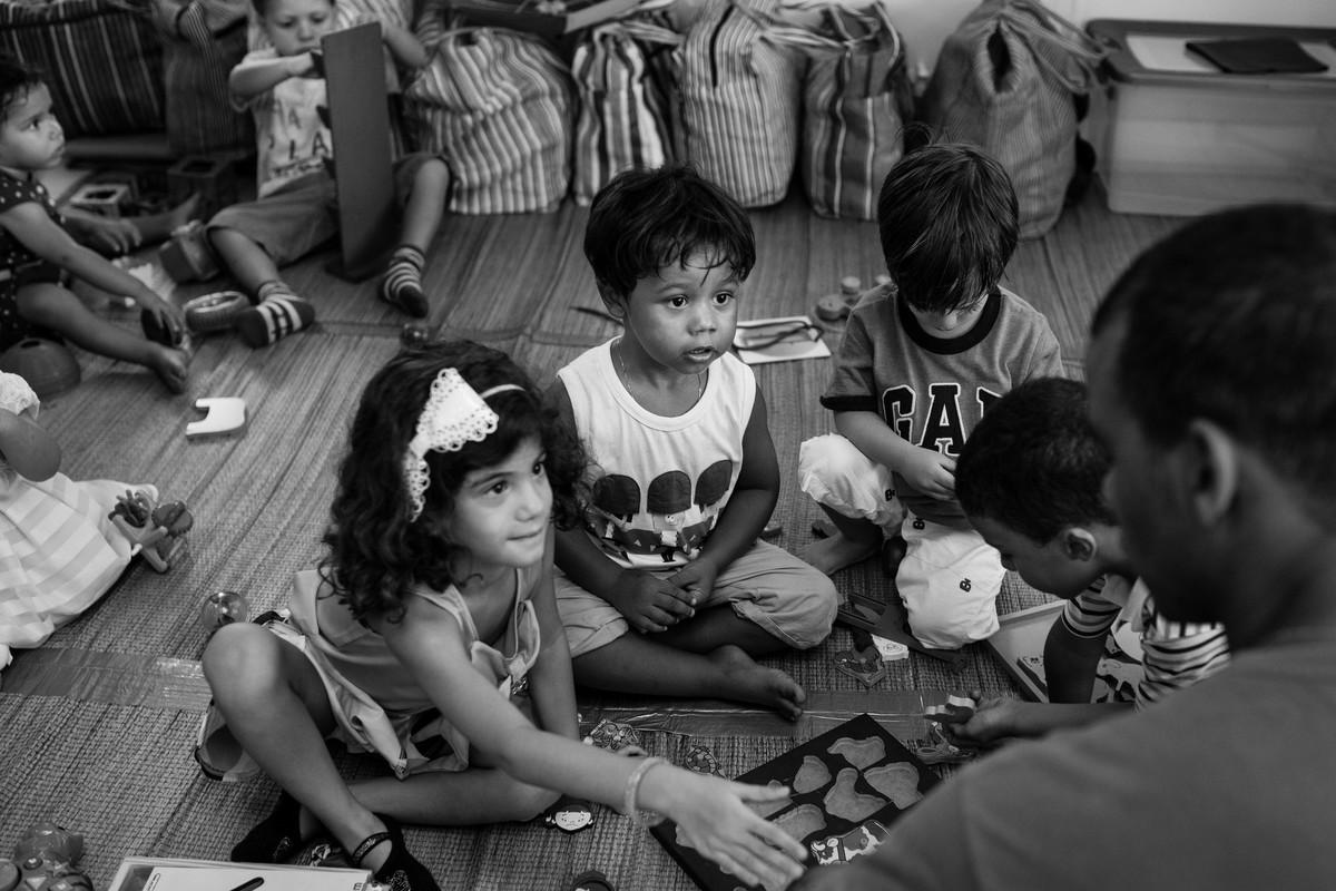 festa com serpentina infantil criança pulando brincadeiras aniversario um aniho fotografia festinha ale queiroz fotografia