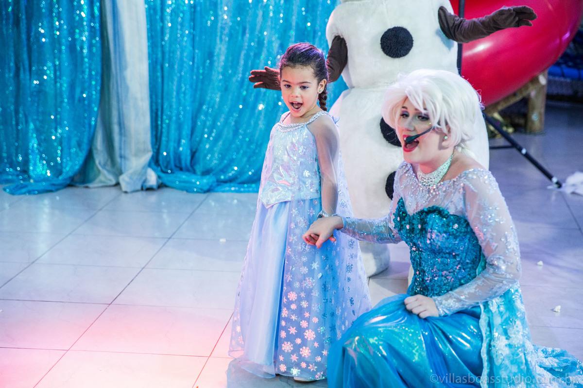 Lara 05 anos, brinquedos little tiger, criança brincando, olaf do frozen, personagens frozen, apresentacao de teatro frozen