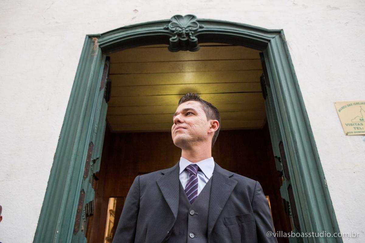 esperando na porta, igreja do carmo, carmo antigo mogi das cruzes, noivo iluminado.