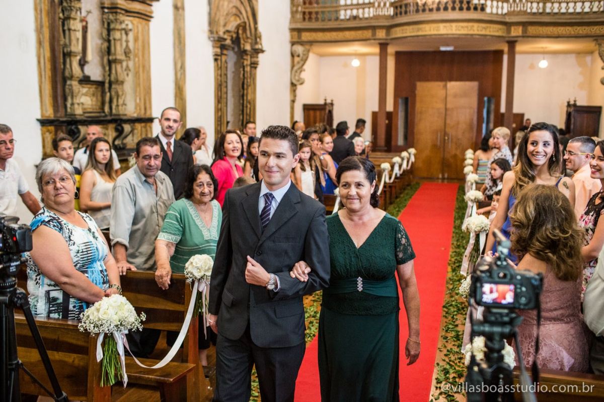 entrado do noivo, noivo e mae, corredor da igreja, decoracao da igreja