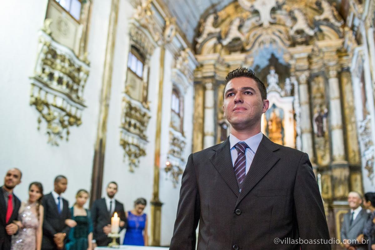 noivo no altar, terno do noivo, casamento do noivo, esperando a noiva, igreja do carmo mogi das cruzes.