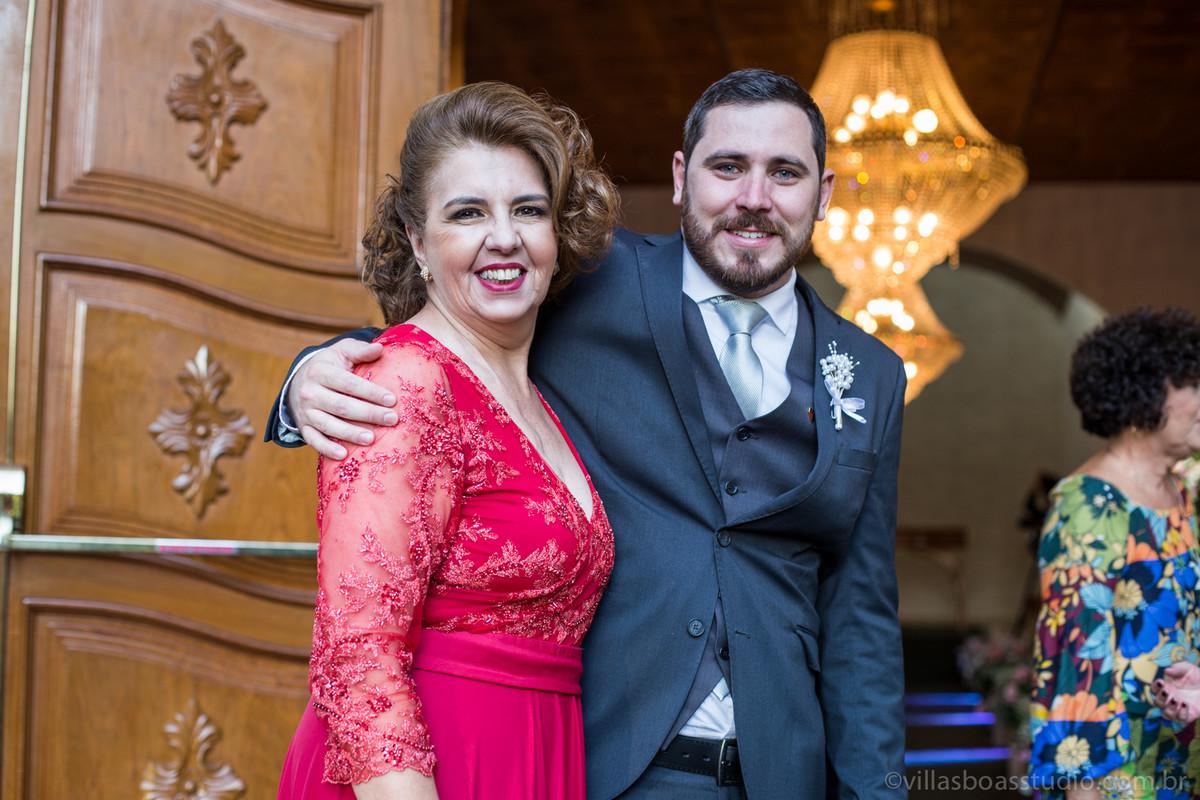 mae do noivo , terno do noivo, na porta da igreja com a mae, marcelovillasboas