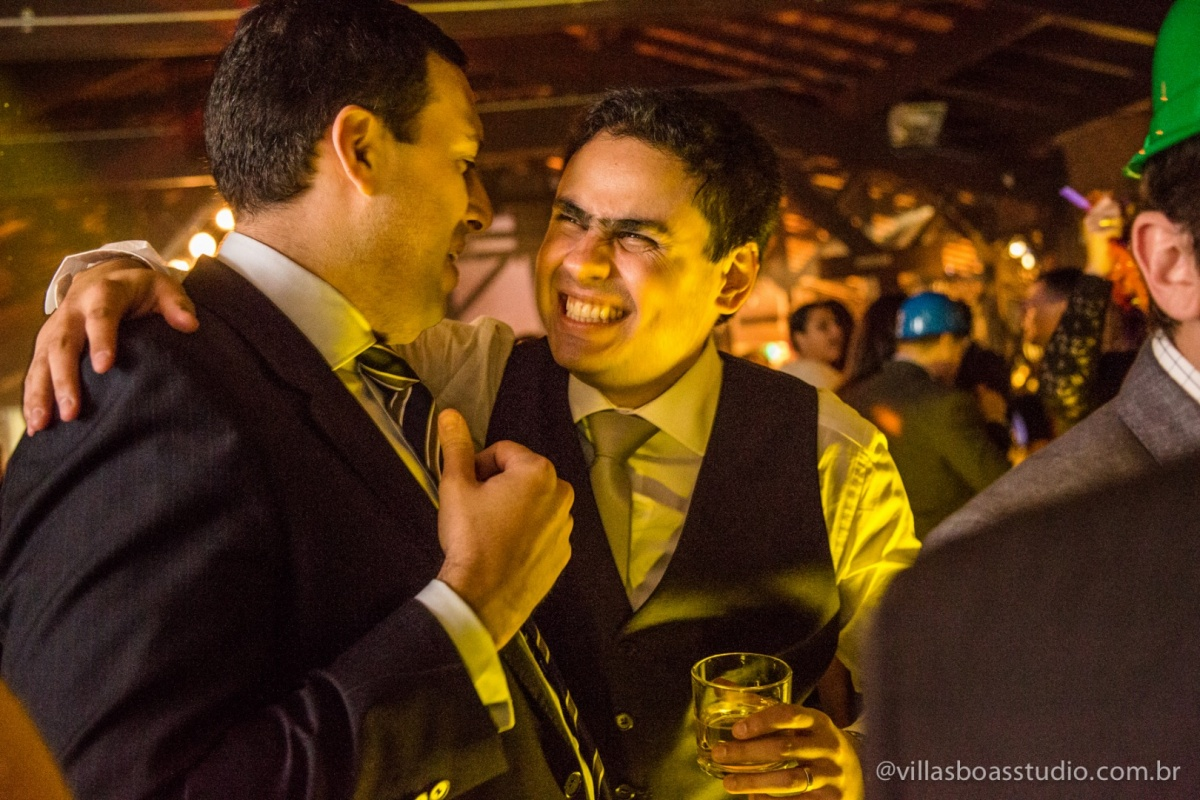 amigo do noivo, noivo sorrindo, sorriso do noivo, noivo na balada.