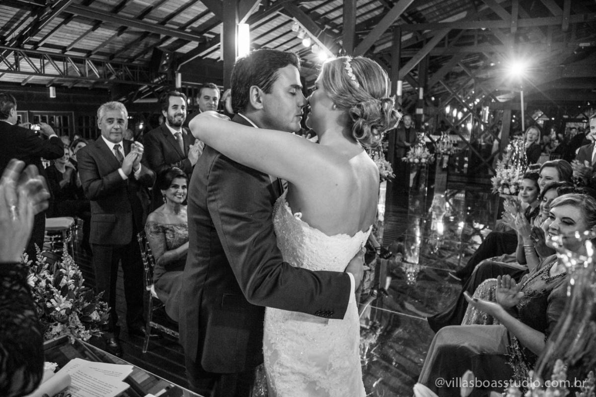 beijo dos noivos,abraco do noivo, noivo, noiva, beijo no altar.