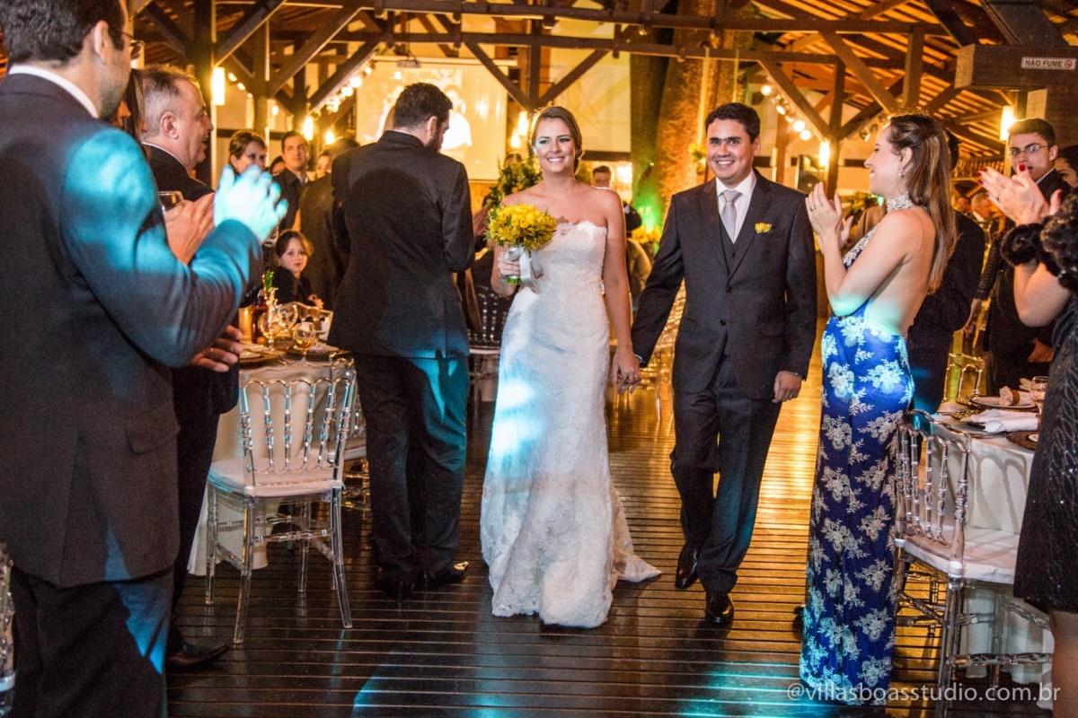 saida da noiva, saida dos noivos, noivo, noiva, entrada na festa, recepção dos noivos.