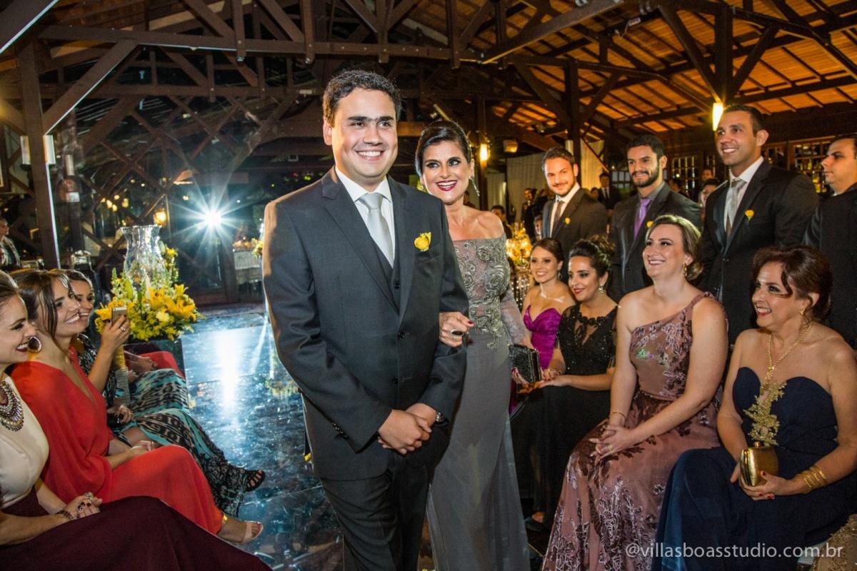 entrada do noivo, mae do noivo, noivo, terno do noivo, sorriso do noivo.