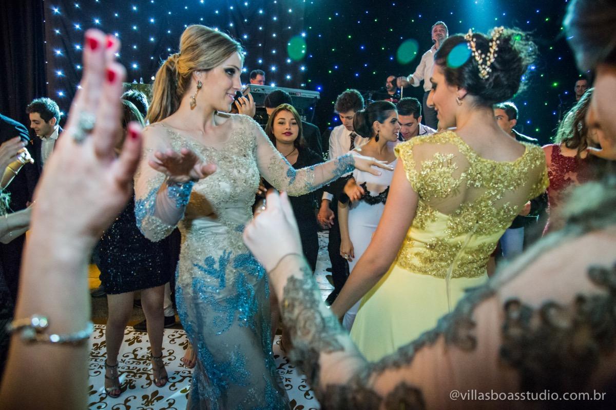 Decoração Trópicos Buffet, aniversario Nermin Saadi, clube de campo de mogi das cruzes, 15 anos, byclara doces finos, entrada e dança da debutante, dançando com a cunhada