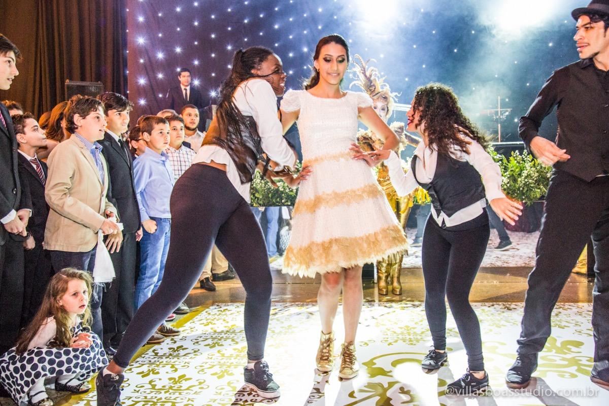 Decoração Trópicos Buffet, aniversario Nermin Saadi, clube de campo de mogi das cruzes, 15 anos, byclara doces finos, entrada e dança da debutante, dançando para os convidados.