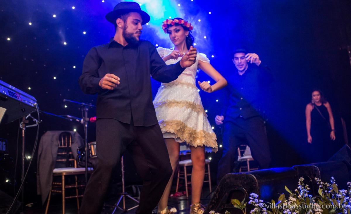 Decoração Trópicos Buffet, aniversario Nermin Saadi, clube de campo de mogi das cruzes, 15 anos, byclara doces finos, entrada e dança da debutante, dançando para os convidados, dançando com a galera e no palco