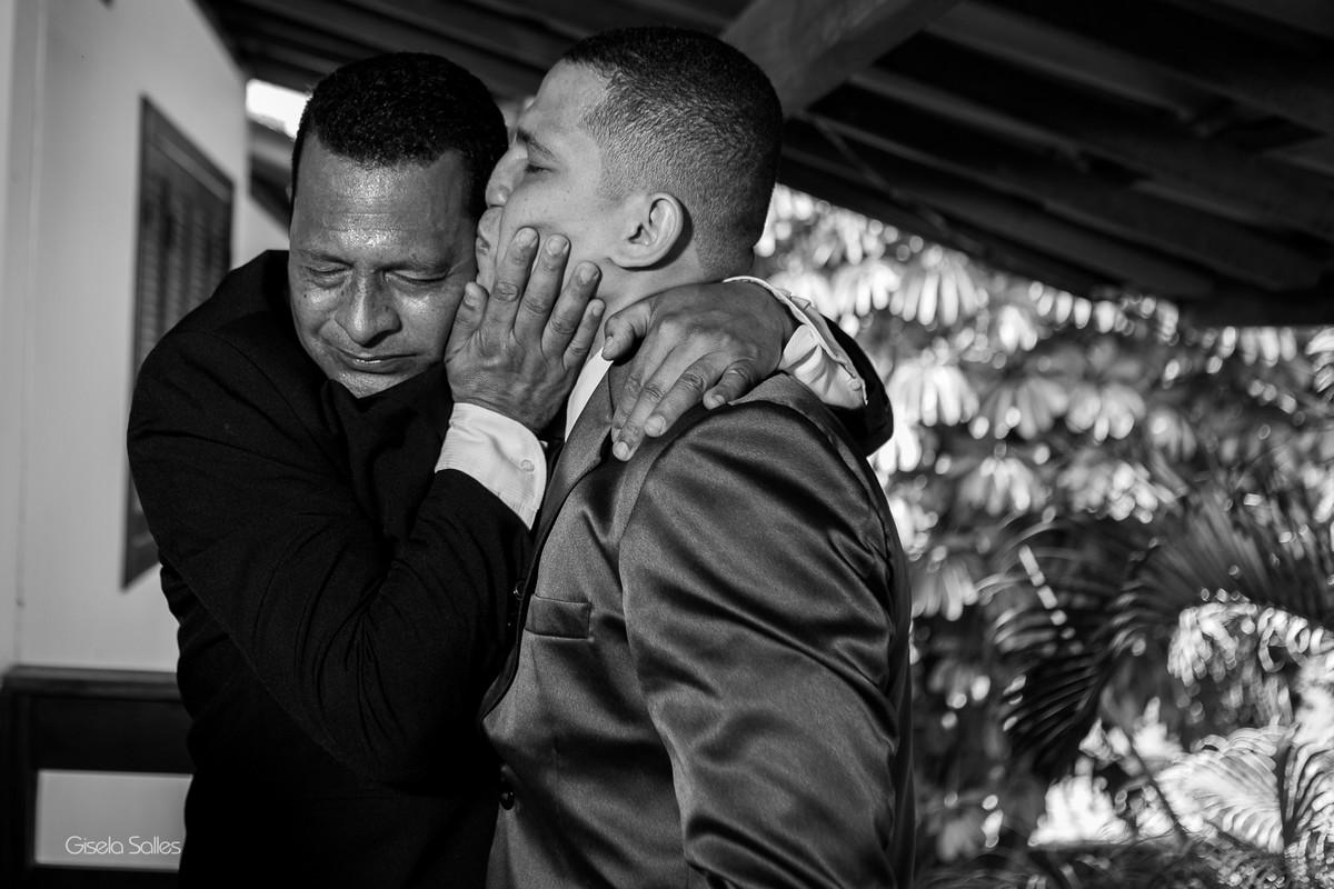 Noivo e seu pai, fotografia com emoção , carinho entre pai e filho,
