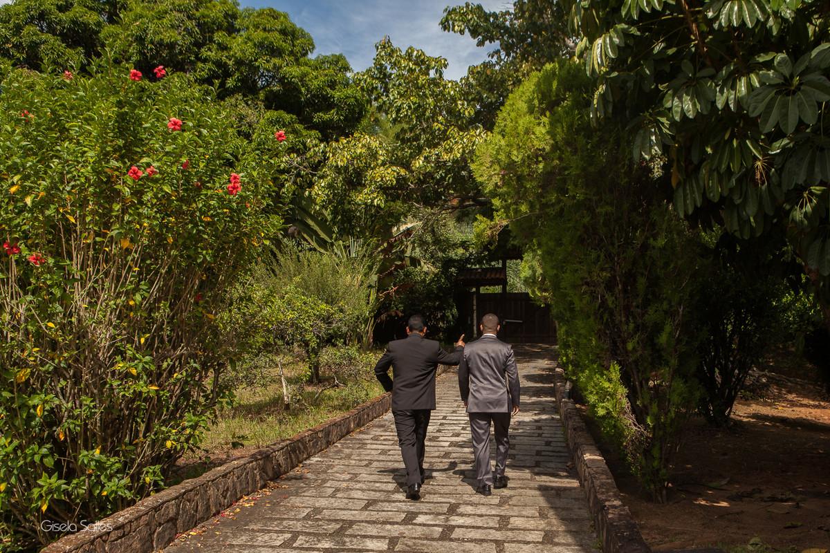 noivo e seu pai indo casar. Macuco-RJ, fotografia de Gisela Salles