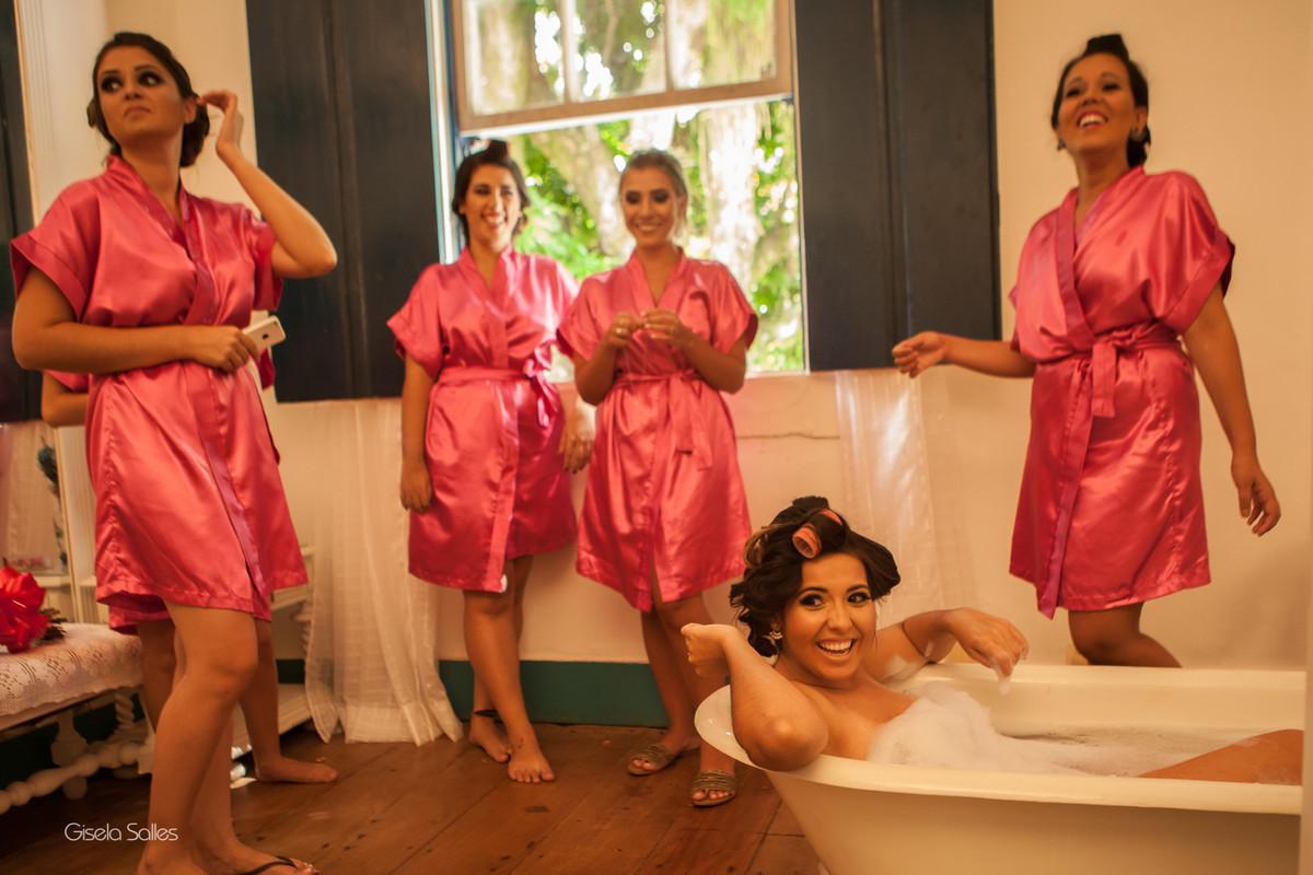 making of no Espaço Batalha em Cantagalo-RJ, noiva na banheira, noiva e madrinhas,casamento no campo, preparo da noiva,fotografia de Gisela Salles