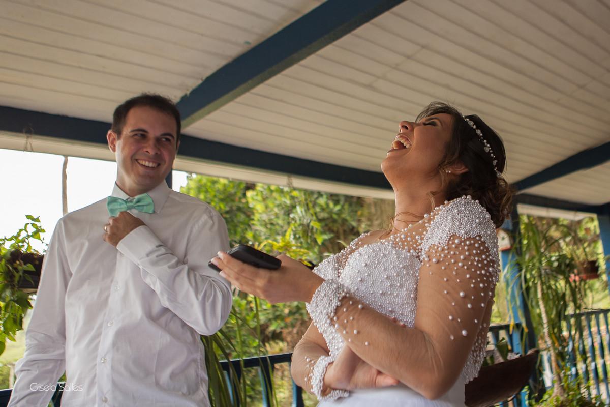 making of no Espaço Batalha em Cantagalo-RJ, noiva na banheira, noiva e madrinhas,casamento no campo, preparo da noiva,fotografia de Gisela Salles,fotografia com emoção