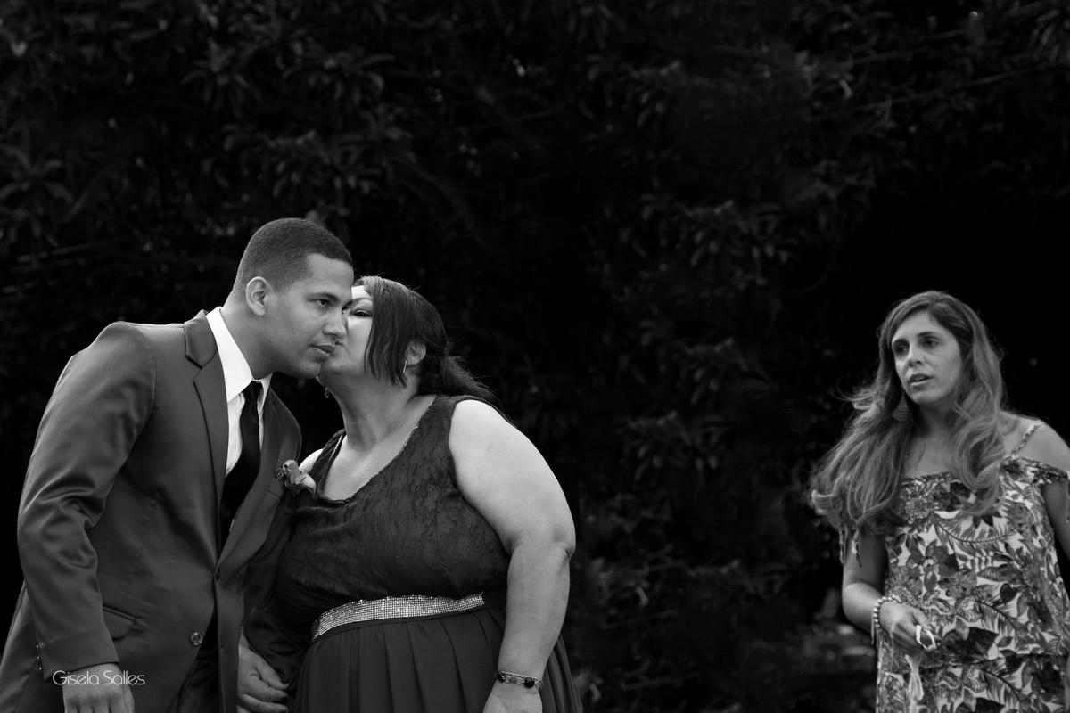 Casamento no Espaço Batalha em Cantagalo-RJ,emoção da noiva ,dia de casamento, casando na serra, fotografia Gisela Salles, fotografia com emoção, casamento no campo, casamento de dia, noivo com a mãe