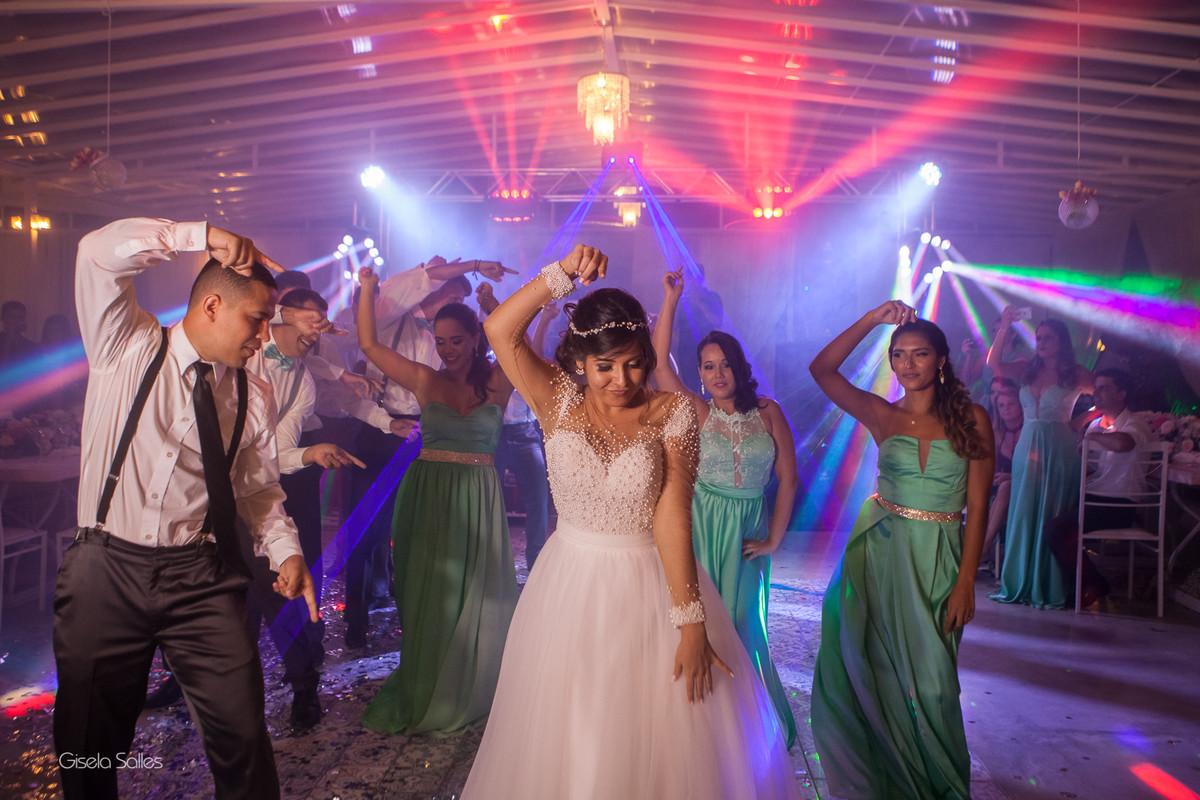 Casamento no Espaço Batalha em Cantagalo-RJ, dia de casamento, casando na serra, fotografia Gisela Salles, fotografia com emoção, casamento no campo e de dia,festa de casamento , pista bombando