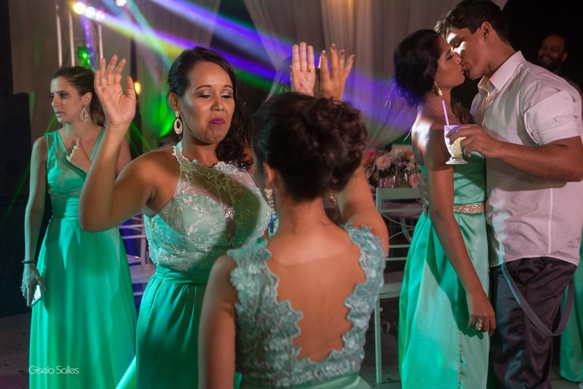 Casamento no Espaço Batalha em Cantagalo-RJ, dia de casamento, casando na serra, fotografia Gisela Salles, fotografia com emoção, casamento no campo e de dia,festa de casamento, pista de dança animada