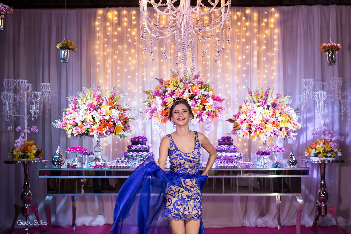ensaio na mesa do bolo, ensaio antes da festa, fotografia de 15 anos, aniversário de 15 anos, fotografia de Gisela Salles, festas em Bom Jardim- RJ, Buffet Emic