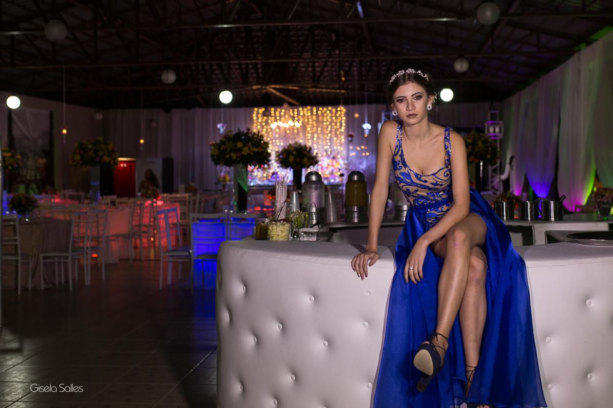 ensaio na mesa do bolo, ensaio antes da festa, fotografia de 15 anos, aniversário de 15 anos, fotografia de Gisela Salles, festas em Bom Jardim- RJ, bar da festa, Emic