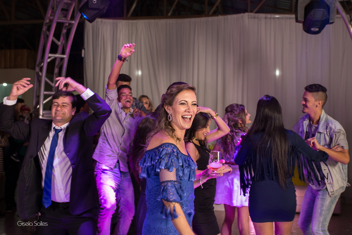 pista de dança com amigos na festa de 15 anos , fotografia com emoção, fotografia de 15 anos, aniversário de 15 anos, fotografia de Gisela Salles, festas em Bom Jardim- RJ,