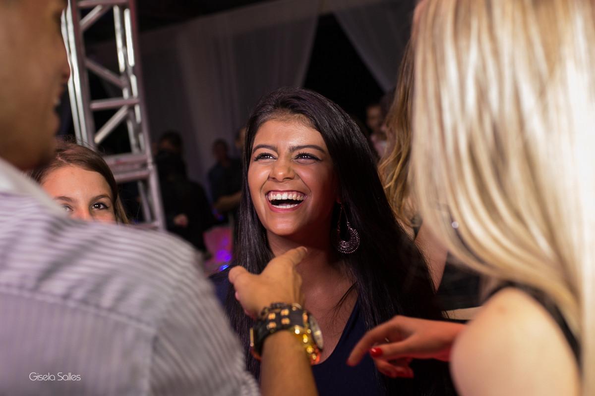 pista de dança com amigos na festa de 15 anos , fotografia com emoção, fotografia de 15 anos, aniversário de 15 anos, fotografia de Gisela Salles, festas em Bom Jardim- RJ, aniversário lindo