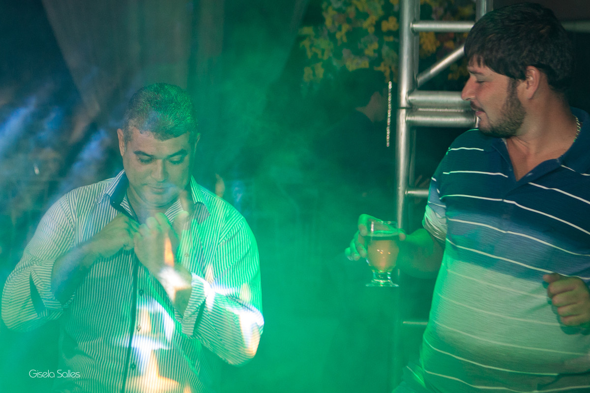 pista de dança com amigos na festa de 15 anos , fotografia com emoção, fotografia de 15 anos, aniversário de 15 anos, fotografia de Gisela Salles, festas em Bom Jardim- RJ, iluminação Equaliza