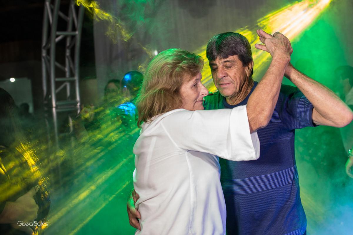 pista de dança com amigos na festa de 15 anos , fotografia com emoção, fotografia de 15 anos, aniversário de 15 anos, fotografia de Gisela Salles, festas em Bom Jardim- RJ,,avós dançando