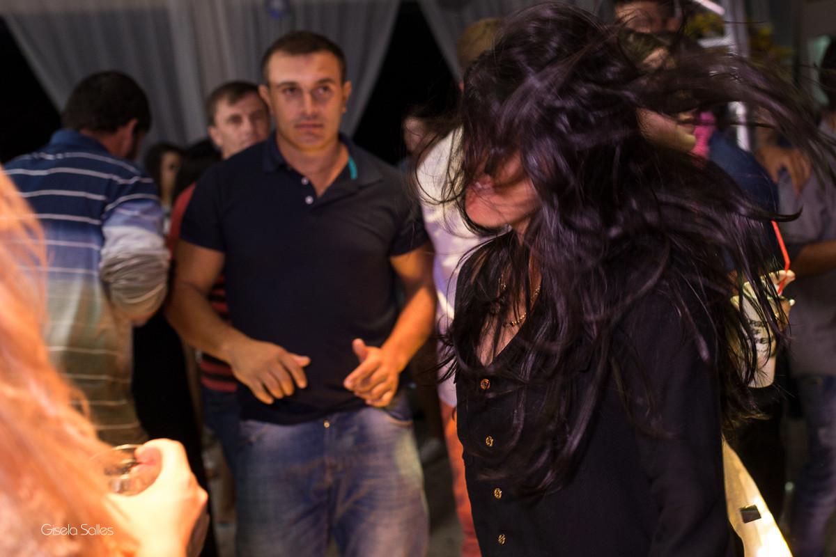 pista de dança com amigos na festa de 15 anos , fotografia com emoção, fotografia de 15 anos, aniversário de 15 anos, fotografia de Gisela Salles, festas em Bom Jardim- RJ, foto com emoção