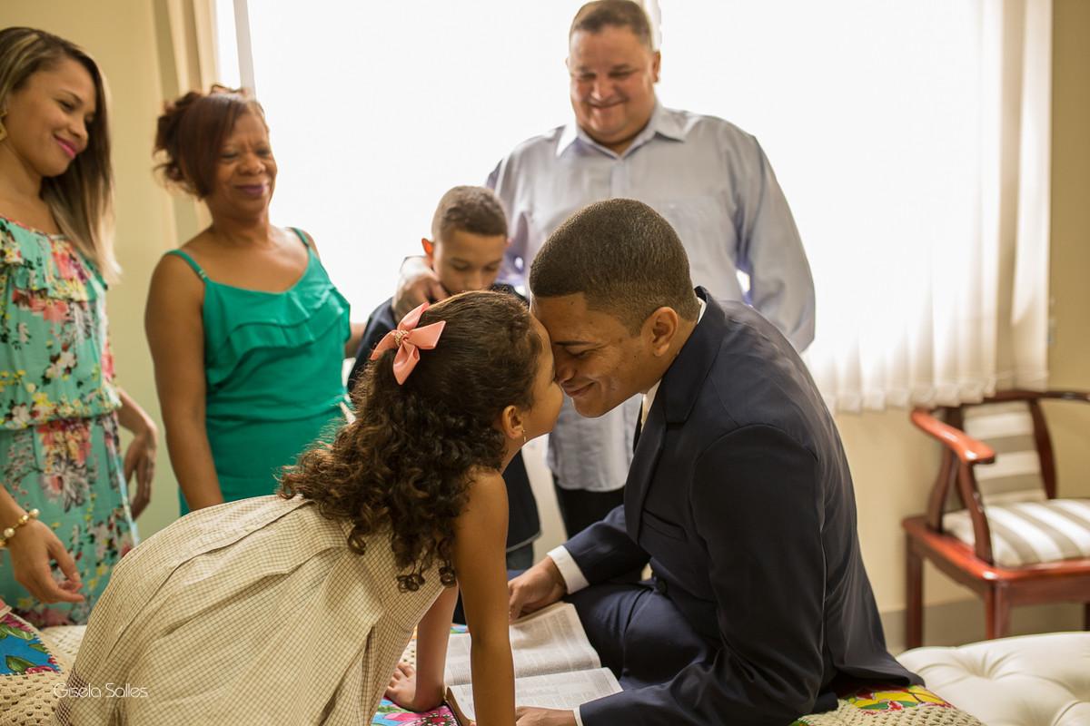 making of do noivo, noivo com a família, fotografia de casamento diurno, noivo no quarto com a família