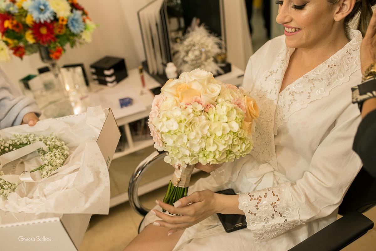 making of da noiva,maquiagem, noiva com sua mãe, noiva no salão de beleza,noiva e sua família, bouquet da noiva