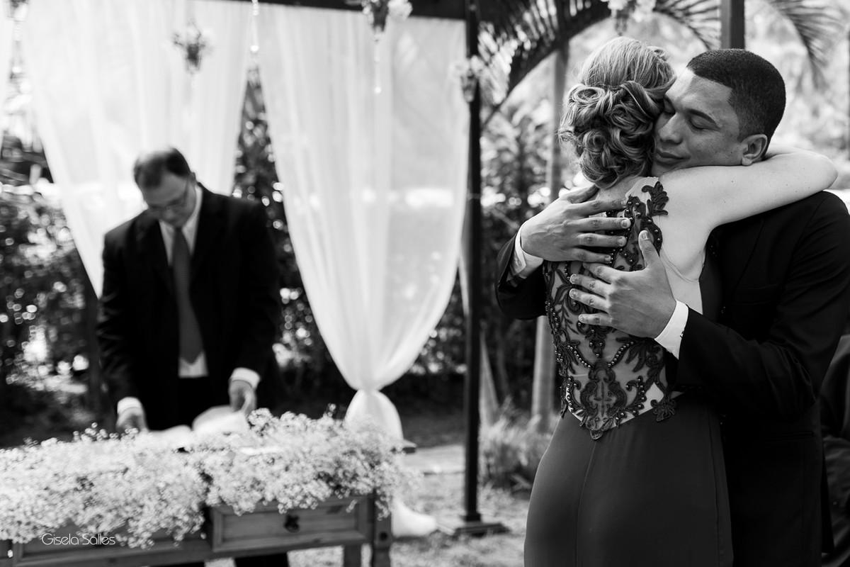 cerimônia, mãe chorando emocionada. fotografia com emoção, Gisela Salles, encontro do noivo e a mãe da noiva