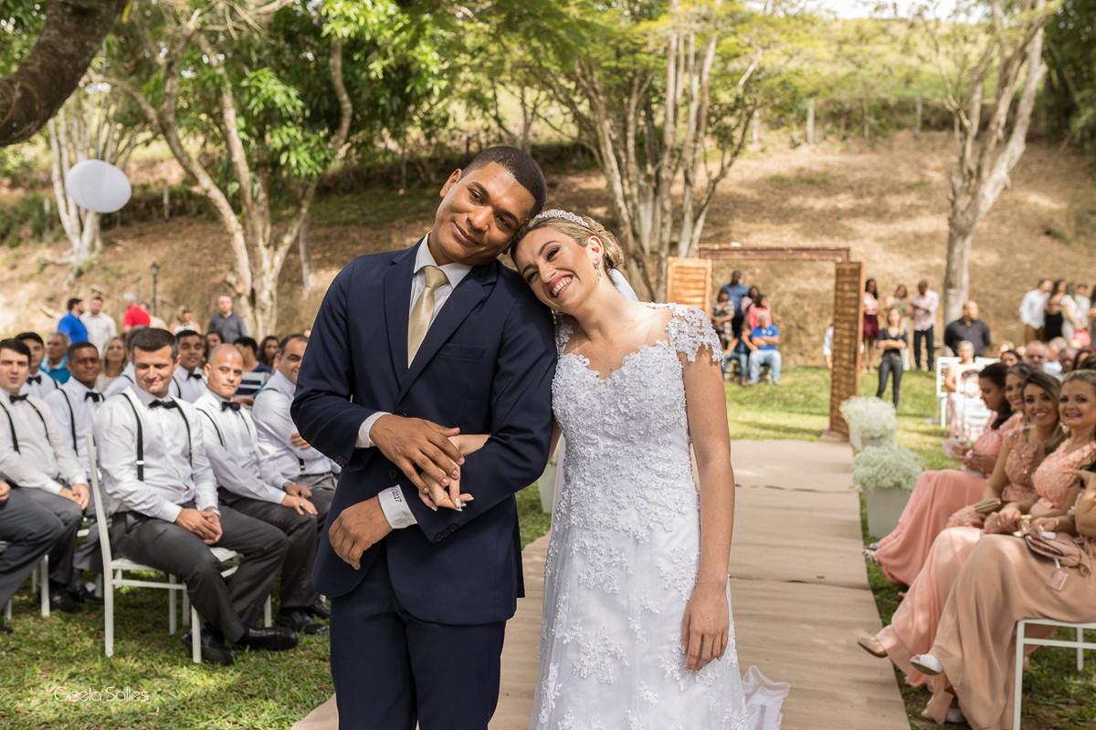 cerimônia religiosa na Fazenda da Alegria, casamento de dia, casamento no campo, Fotografia Gisela Salles, Cordeiro-RJ, noivos felizes no casamento, fotografia espontânea