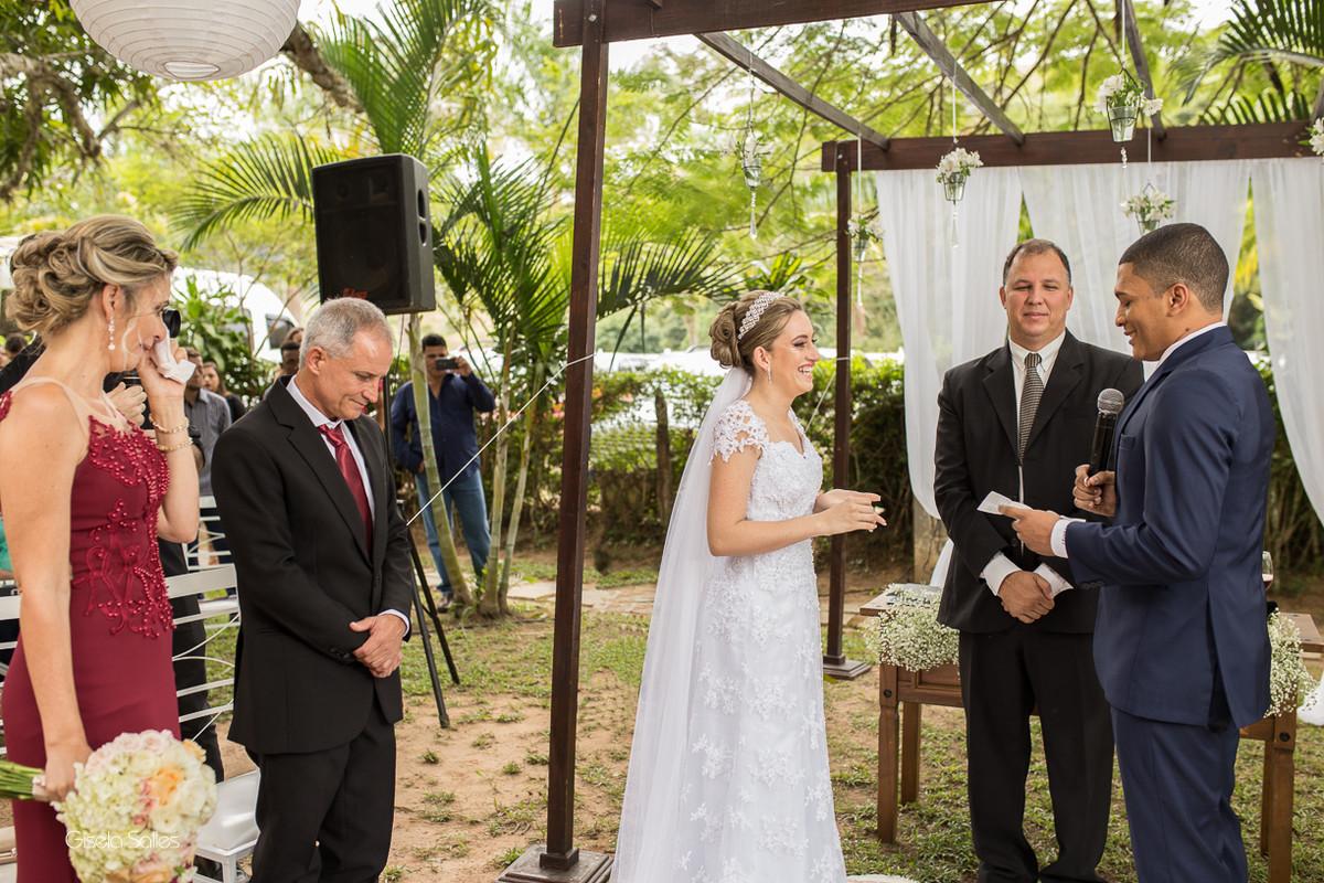 cerimônia religiosa na Fazenda da Alegria, casamento de dia, casamento no campo, Fotografia Gisela Salles, Cordeiro-RJ, pais emocionados com o casamento
