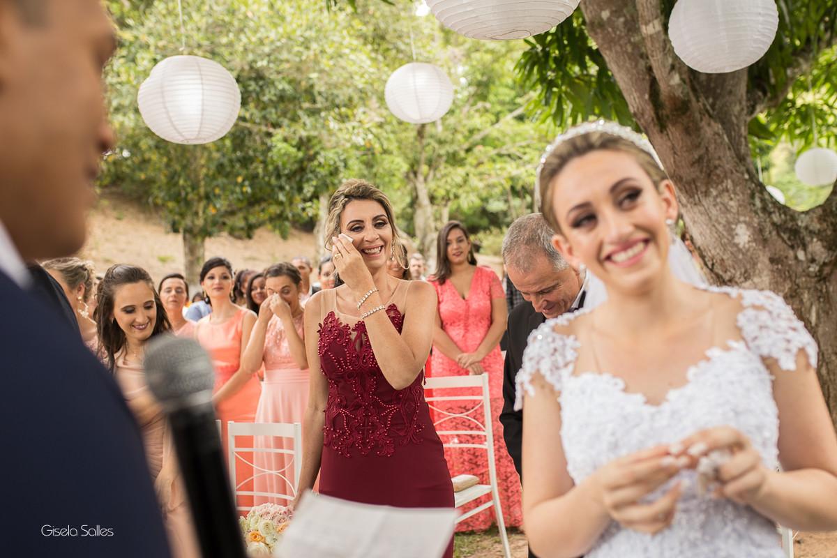 cerimônia religiosa na Fazenda da Alegria, casamento de dia, casamento no campo, Fotografia Gisela Salles, Cordeiro-RJ, mãe chorando de emoção com o depoimento da filha