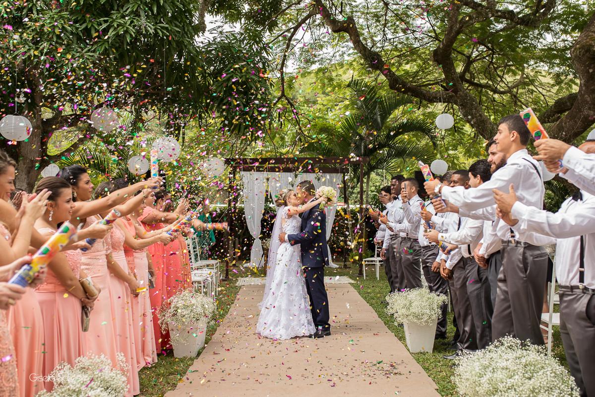 cerimônia religiosa na Fazenda da Alegria, casamento de dia, casamento no campo, Fotografia Gisela Salles, Cordeiro-RJ, saída dos noivos , chuva de papel nos noivos,