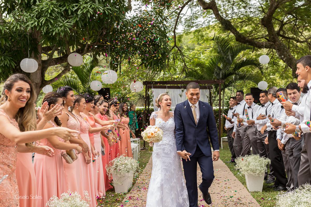 cerimônia religiosa na Fazenda da Alegria, casamento de dia, casamento no campo, Fotografia Gisela Salles, Cordeiro-RJ, saída dos noivos , chuva de papel nos noivos, padrinhos de casamento
