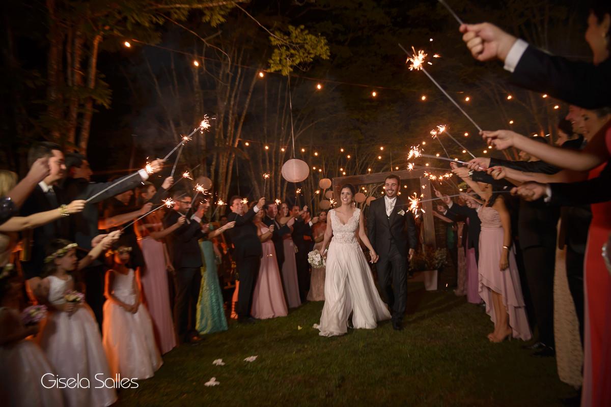 Cerimônia noturna em local aberto,iluminação perfeita Julio Jac,Decoração Emic,Sparklers