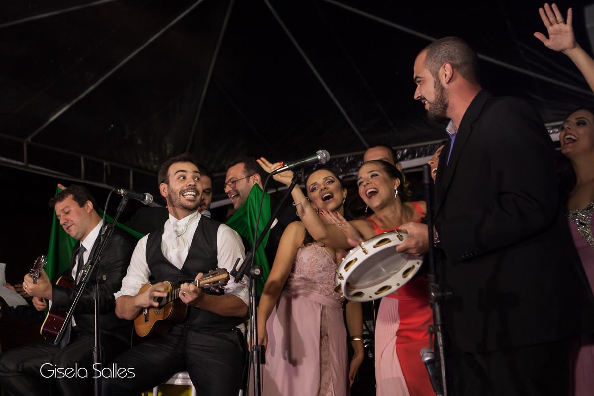 Pista de dança animada,fotografia de casamento Gisela Salles, noivo homenageando noiva,galera animada