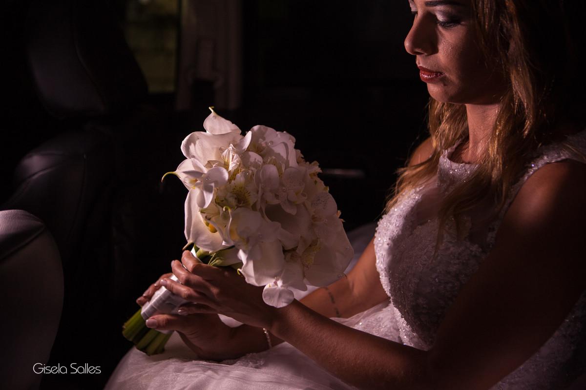 Fotografia Gisela Salles,fotografia de casamento,  cerimônia religiosa em Santa Maria Madalena, chegada da noiva na igreja,carro da noiva, noiva no carro