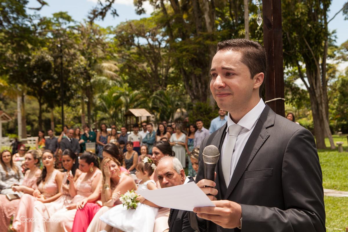 Fotografia Gisela Salles,fotografia de casamento,  cerimônia religiosa ao ar livre, cerimônia religiosa no campo, casamento no campo,noivo emocionado
