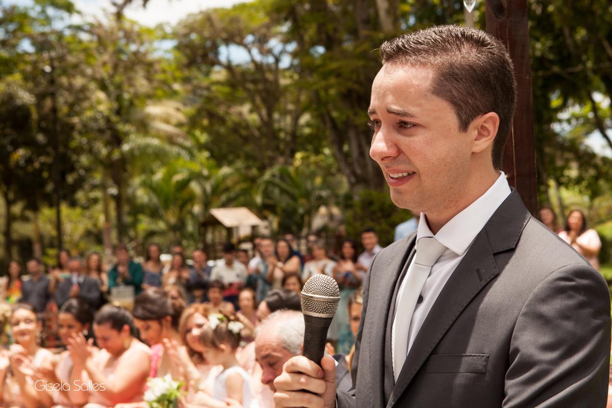 Fotografia Gisela Salles,fotografia de casamento,  cerimônia religiosa ao ar livre, cerimônia religiosa no campo, casamento no campo, noivo emocionado