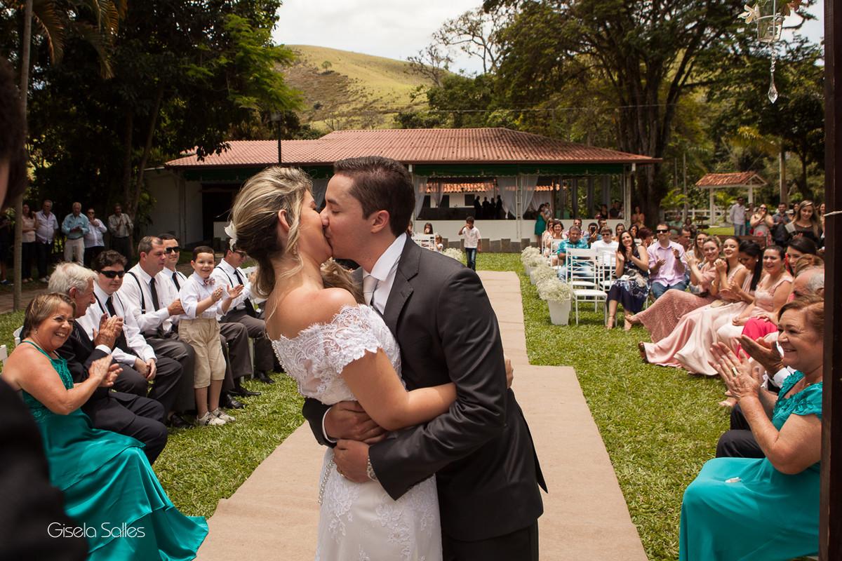 Fotografia Gisela Salles,fotografia de casamento,  cerimônia religiosa ao ar livre, cerimônia religiosa no campo, casamento no campo, beijo dos noivos