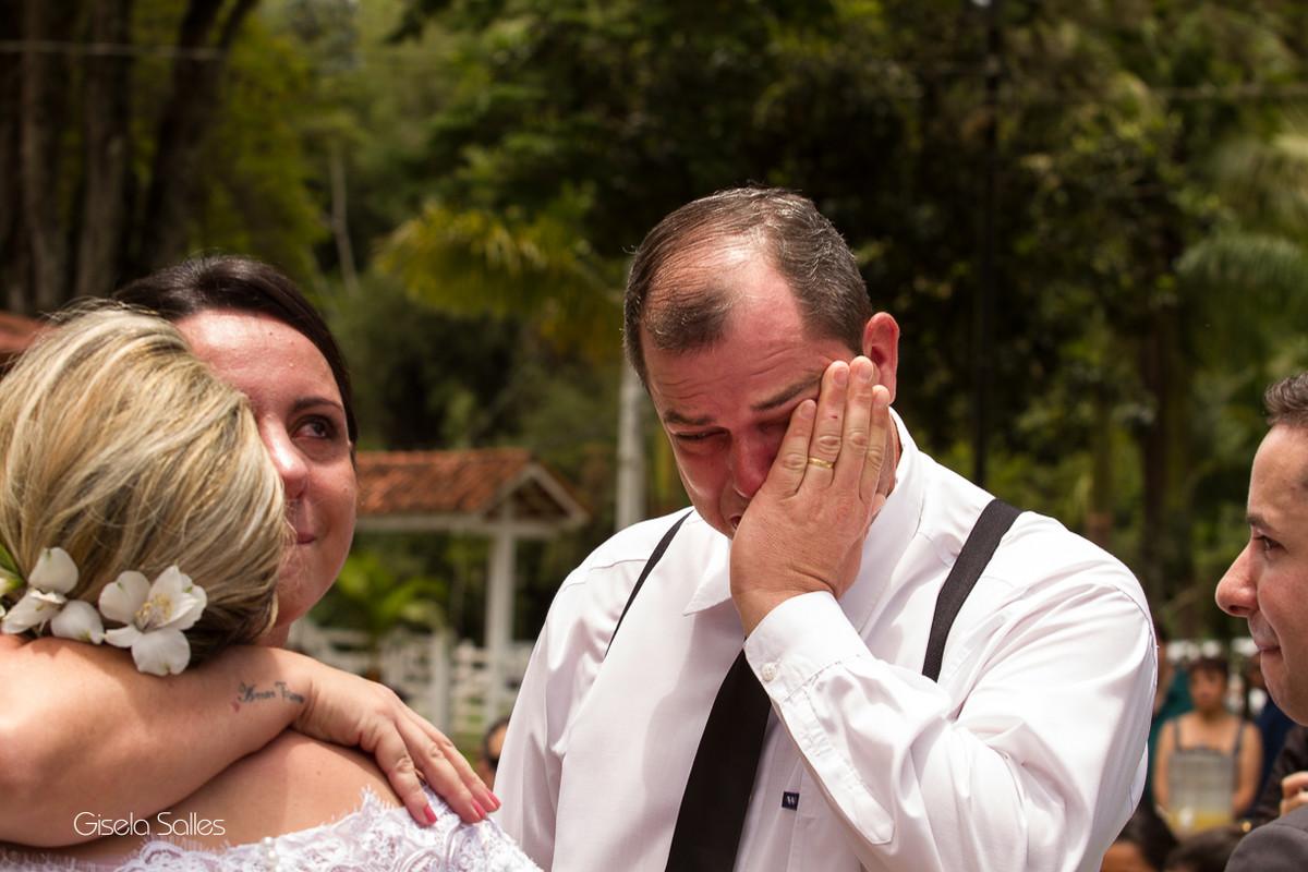 Fotografia Gisela Salles,fotografia de casamento,  cerimônia religiosa ao ar livre, cerimônia religiosa no campo, casamento no campo, família dos noivos, emoção