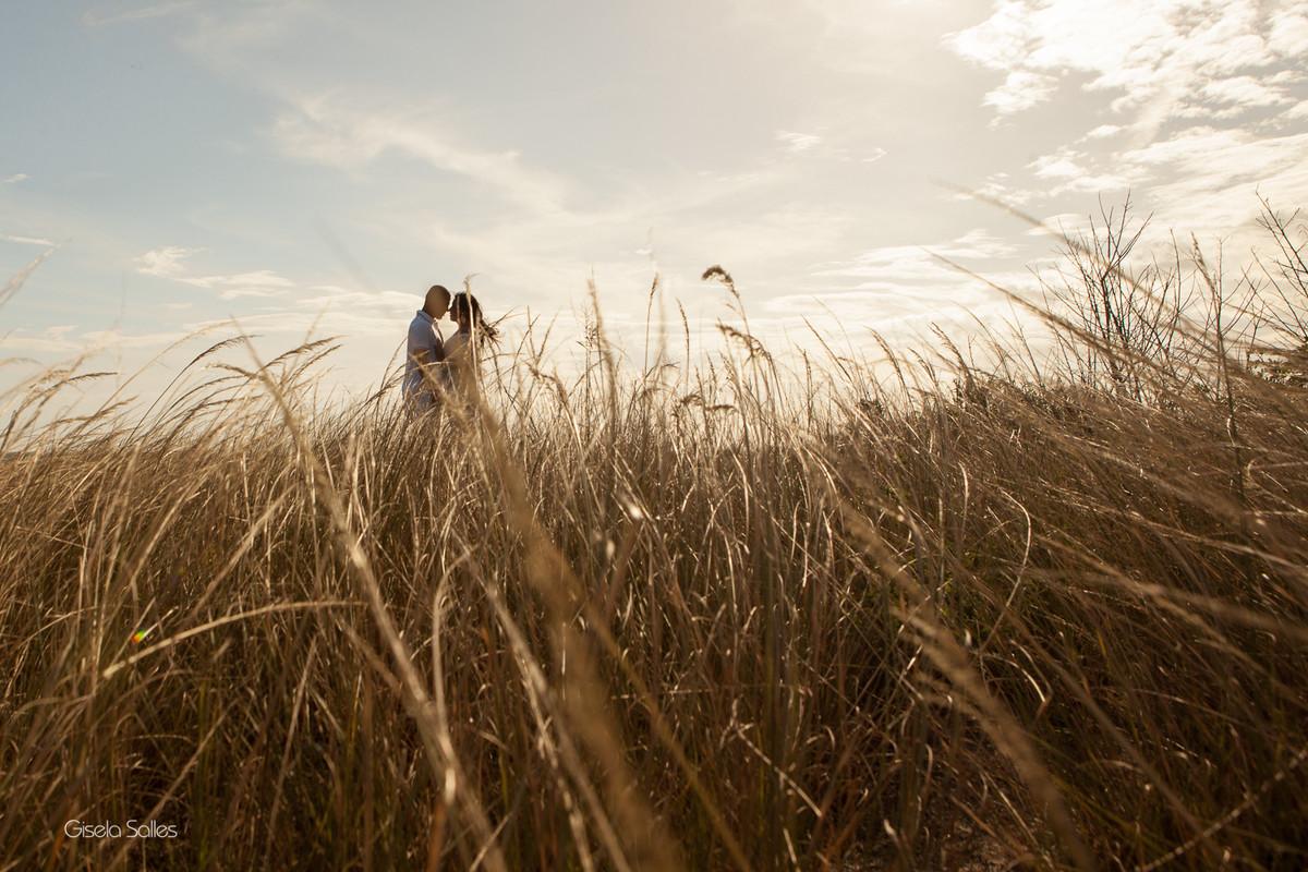 Ensaio Pré-Wedding  na Praia Linda, dia de namoro com emoção.por do sol