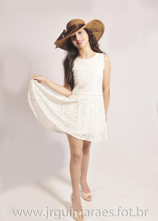 modelo segurando vestido