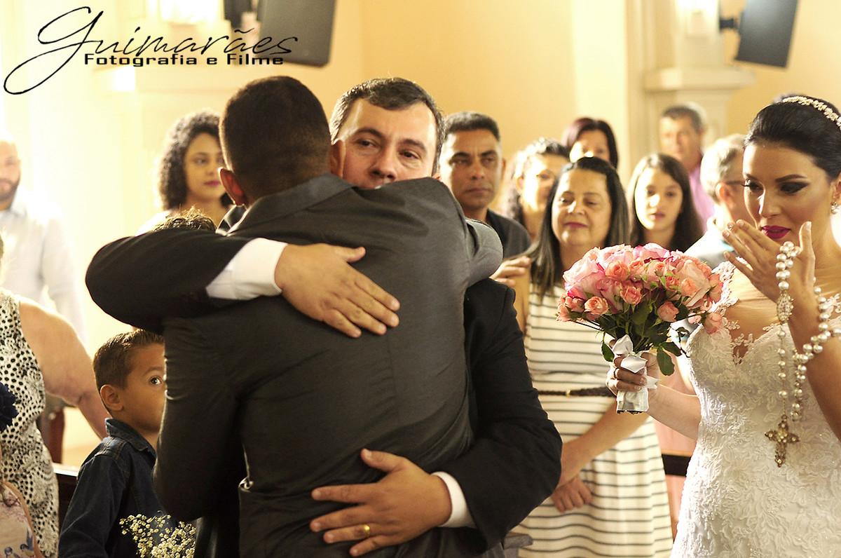 abraço no noivo