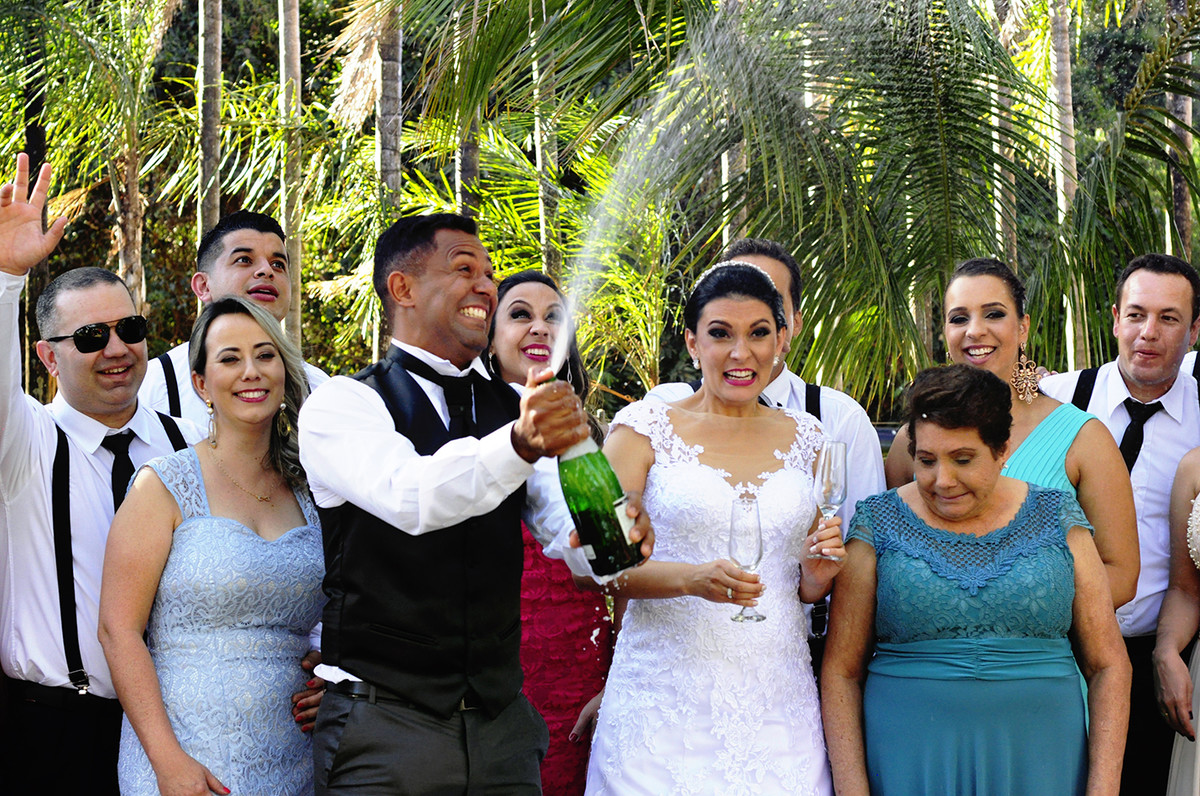 noivos estourando champanhe