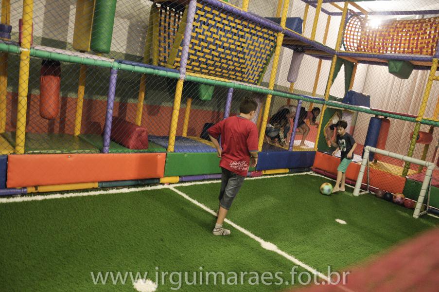 criança jogando bola