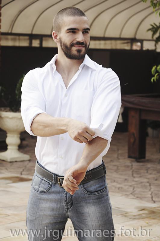 homen arrumando camisa