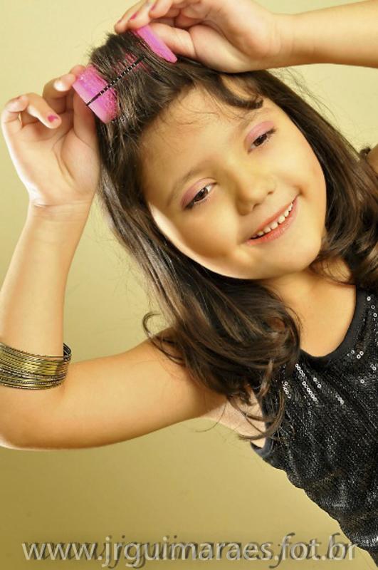 criança arrumando cabelo